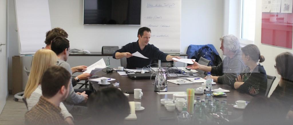 """Schreibtrainer Steffen Sommer war zu Gast in der MT-Redaktion. In seinem Seminar ging es um das Thema """"Redigieren"""". Foto: Alex Lehn"""