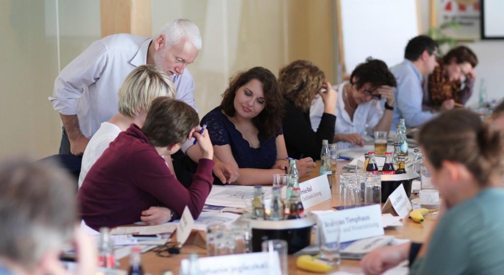 Zeitungsdesigner Norbert Küpper (stehend) bot den teilnehmern des zweitägigen Desigsemninars neben vielfältiger Information auch die Gelegenheit zu praktischen Übungen. Foto: Alexander Lehn