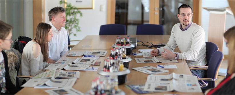 Diskutierten auch über über die Zukunft des (Lokal)Journalismus: Prof. Jens Große (oben links), MT-Redakteur Henning Wandel (oben rechts) und vier Medien-Studentinnen der FHM Bielefeld. Foto: Alex Lehn