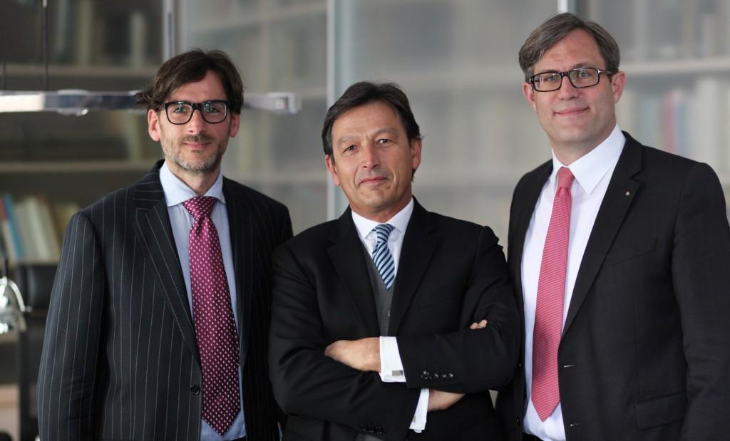 Die Geschäftsführer der J.C.C. Bruns Betriebs GmbH Sven Thomas (l.) und Carsten Lohmann (r.), mit MT-Chefredakteur Christoph Pepper, der jetzt von den Verlegern Rainer und Sven Thomas zum Mitherausgeber berufen wurde. Foto: Alexander Lehn