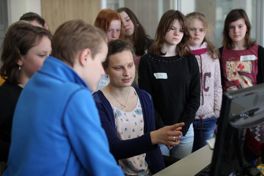 MT-Volontärin Annabell Bialas erklärt den Teilnehmern die Arbeit der Onlineredaktion. MT-Foto: Alex Lehn