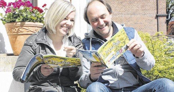 """Michaela Meier und Harald Fichtner vom Bruns Medien-Service freuen sich über das frisch gedruckte Freizeitmagazin """"Draußen"""" und die darin enthaltenen Ausflugstipps. (© Foto: Silvia Herrmann)"""