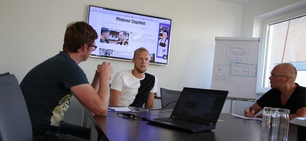 Christoffer Rambo im Konferenzraum der Redaktion mit Christian Bendig (l.) und Michael Lorenz (r.). Foto: Sebastian Külbel