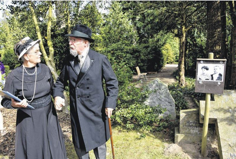 Max Bruns alias Friedhelm Pape war schon im September auf dem Mindener Nordfriedhof live zu erleben (hier mit Gunhild Gieselmann als Gattin Margarate Bruns). Foto: Kerstin Rickert