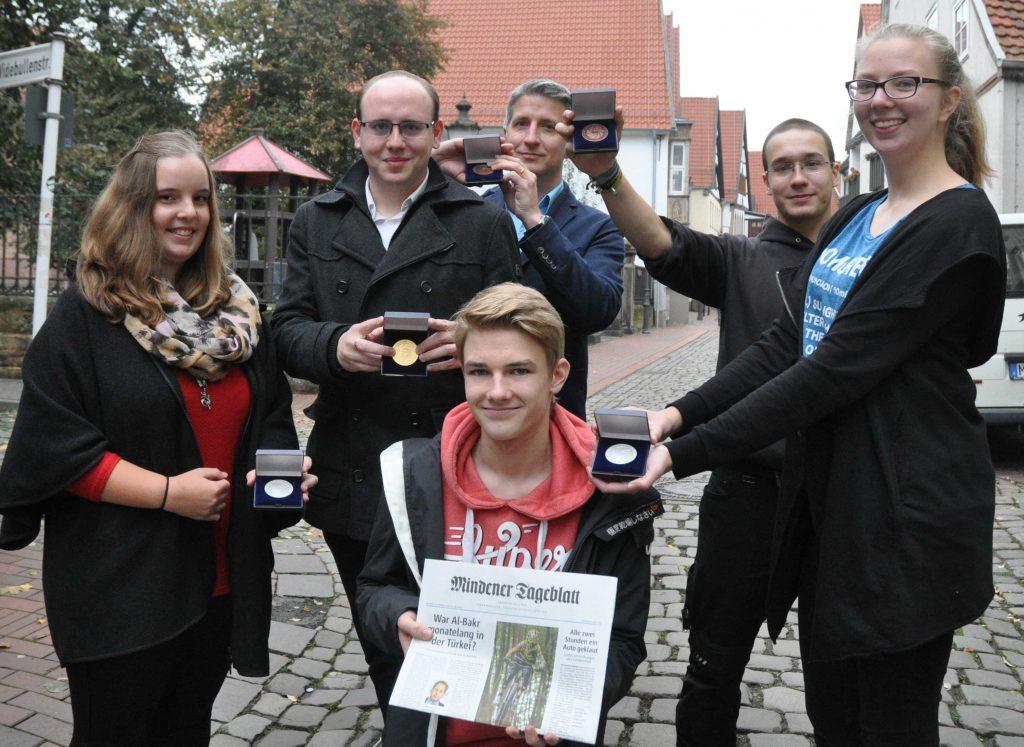 """Die Gewinner der """"Blende 2016"""": Jasmin Stahlhut (2- Platz, Schätze der Region),, Michael Faust (1. Platz, Schätze der Region), Frank Mauritz (3. Platz Schätze der Region), Finn Lehrke (1. Platz Jugend), Janek Lewin (3. Platz, Jugend ) und Nina Bucklewski(2. Platz Jugend)."""