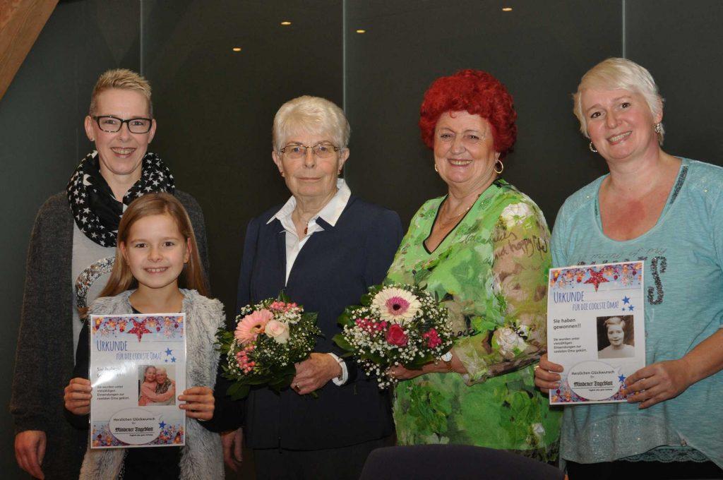 Umrahmt von ihren Liebsten stehen die Gewinner-Omas Agnes Prieß (l.) und Bärbel Schmidt zusammen mit Sabine und Luise Hewett und Silke Schmidt (v.l.). MT-Foto: Nadine Schwan