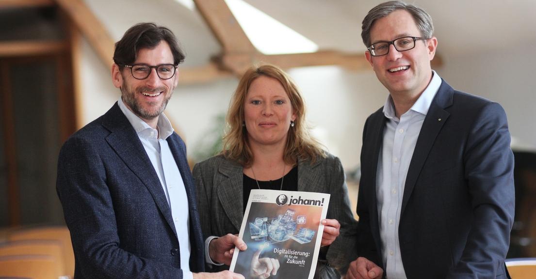 Die eschäftsführer Sven Thomas (l.) und Carsten Lohmann präsentieren mit BMS-Redakteurin Stefanie Klusmann die Druckversion der ersten Ausgabe des neuen Unternehmensmagazins