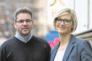 Lars Kohlmeier und Janina Auer betreuen die künftigen Medienkaufleute bei ihrer Ausbildung. Foto: Alex Lehn
