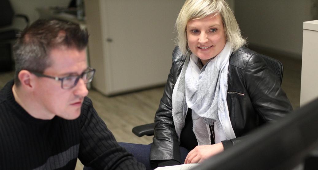 Aller Anfang…: MT-Sportredakteur Sebastian Külbel macht die neue Kollegin Astrid Plaßhenrich mit dem Redaktionssystem vertraut. Foto: Alex Lehn